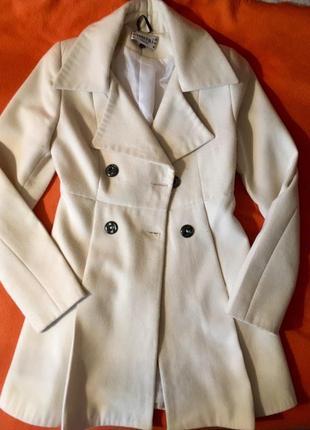 Миленьке пальто молочного кольору