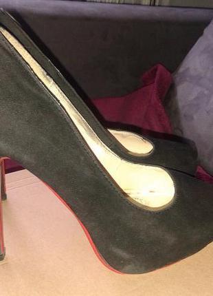 Замшевые туфли с красной подошвой