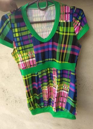 Красивая разноцветная футболка
