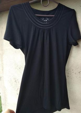 Черная футболочка, вырез очень красивый