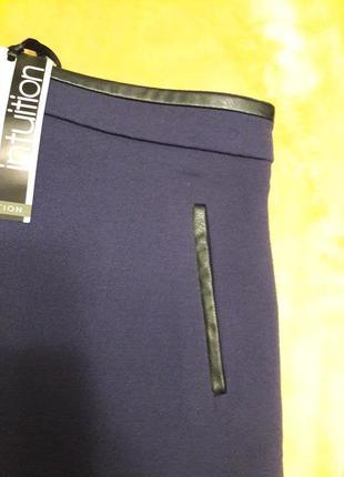 Темно фиолетовая юбка из плотной ткани с кожаными вставками