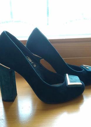 Кожаные чёрно-зелёные замшевые туфли на высоком каблуке