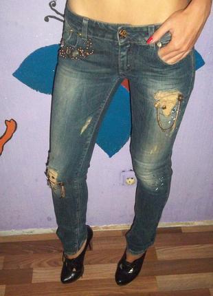 Рваные джинсы с камнями justor италия
