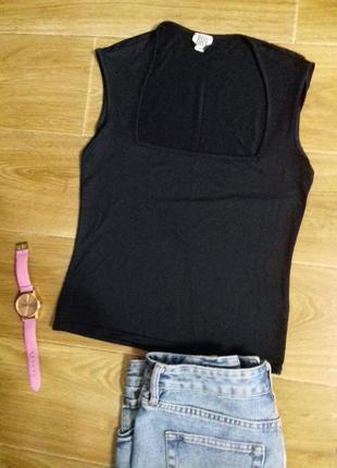 Черная футболка  с  прямоуголным вырезом