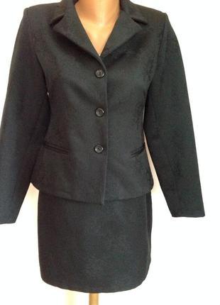 Офисный фактурный костюм с мини юбкой. /s/ brend sasch. италия