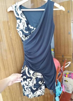 Маленьке чорне плаття з паєтками