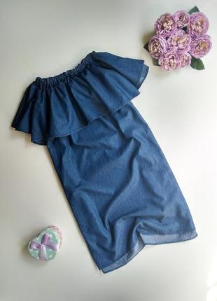 Джинсовое платье с открытыми плечами и воланом pull&bear