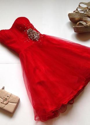 Красное пышное фатиновое платье с пышной юбкой