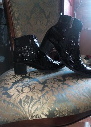 Демисезонные кожаные  лаковые итальянские ботинки