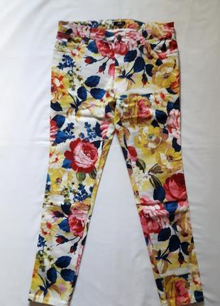 Яркие джинсы в цветочный принт бренда avant premiere