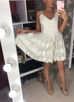 Платье белое с пышной юбкой