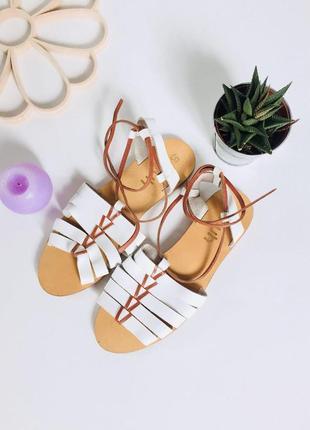 Актуальные кожаные босоножки с завязками на ножке от schuh