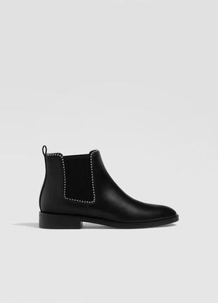 Черные ботинки по бокам на резинке с бисером stradivarius 35-41 р.
