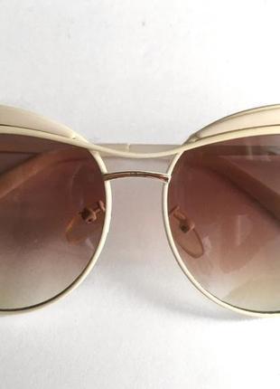 Очки солнцезащитные оправа бежевого цвета линзы коричневого цвета
