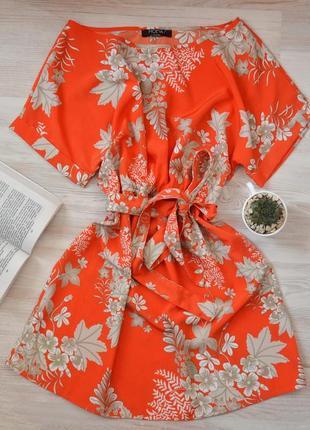 Яркое платье с поясом от