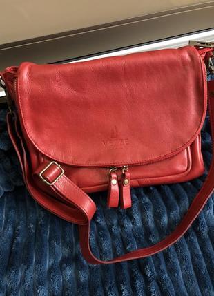 Нереального красного цвета сумка итальянского бренда vezze
