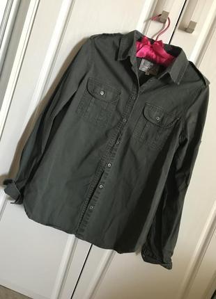 Женская джинсовая рубашка в стиле милитари