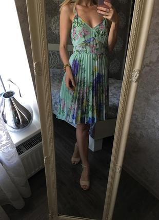 Плиссированное платье в цветы на бретелях