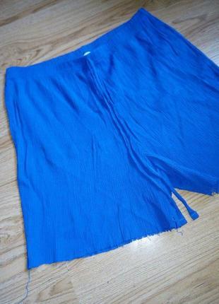Синие плиссированные шорты с необработанными краями
