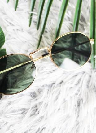 Трендовые овальные солнцезащитные очки тёмно-зелёные в золотой оправе