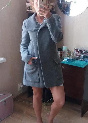 Серое пальто прямой крой