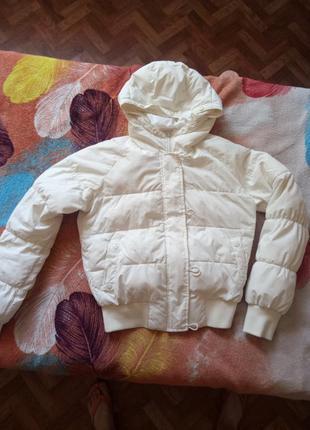 Белая теплая куртка пуховик бомбер