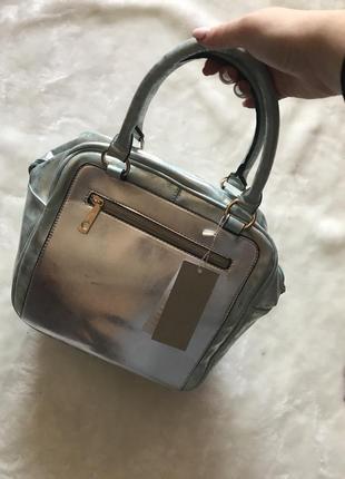 Голубая сумка с серебристой вставкой и напылением на коротких ручках новая