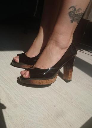 Лакированные черные туфли без носочков
