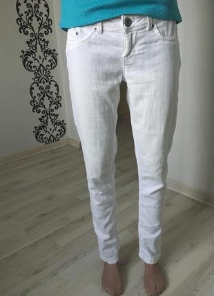 Белые джинсы скинни bershka