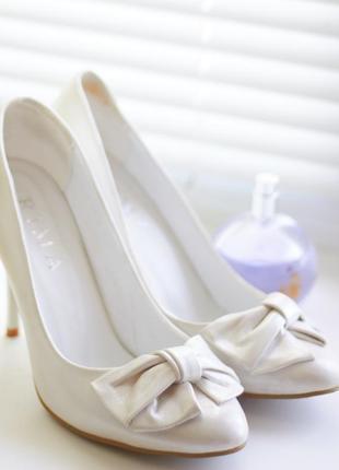 Белые свадебные туфли-лодочки с бантиками на каблуке, молочные, айвори 39