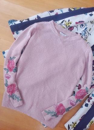 Красивый пудровый свитер с вышивкой