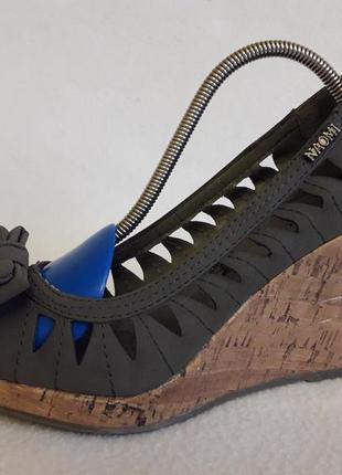 Оригинальные туфли, босоножки на танкетке фирмы naomi p. 37 стелька 24 см