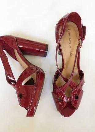Лаковые вишневые  босоножки на высоком каблуке