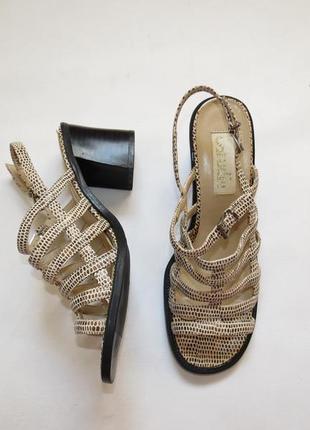 Оригинальные стильные босоножки на среднем каблуке