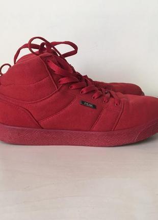 Красные кроссовки от peak