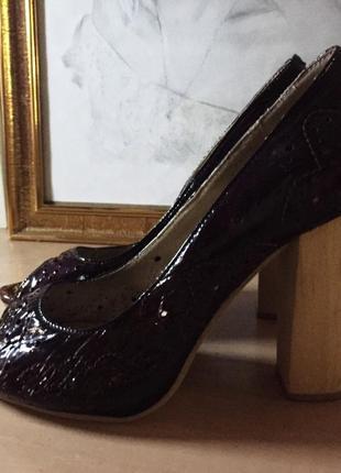 Кожаные туфли с деревянным каблуком