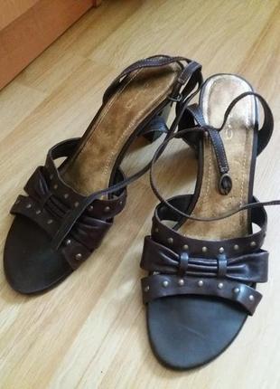 Кожаные босоножки на устойчивом каблуке janet d 41 р !