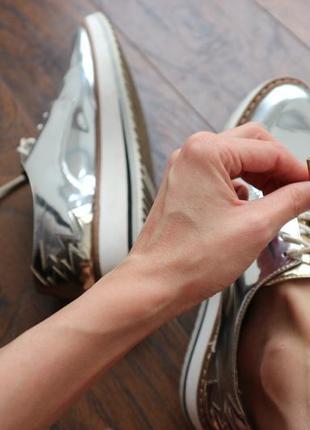 Лаковые серебряные туфли на низком ходу бренда zara