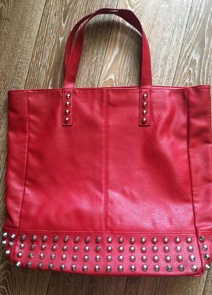 Красная сумка с заклепками
