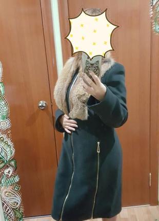 Стильное однобортное зимнее пальто с воротником-стойкой и натуральным лисьим мехом