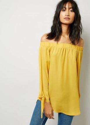 Яркая удлиненная блуза с открытыми плечами и завязками на рукавах