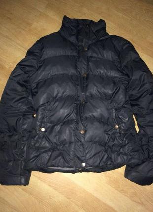 Чёрная зимняя короткая курточка пуховик