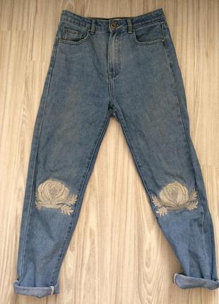 Модные джинсы с нашивкой