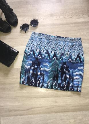 Стильная фактурная юбка в принт из плотной ткани