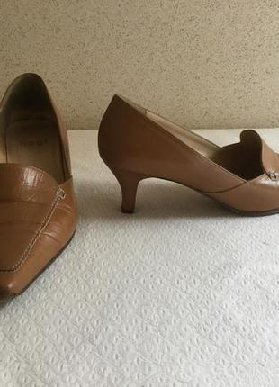 Брендовые кожаные туфли.