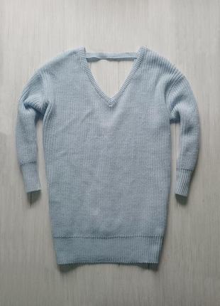 Красивый вязаный свитер небесного цвета