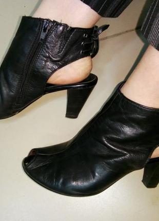 Черные кожаные босоножки средний каблук tamaris