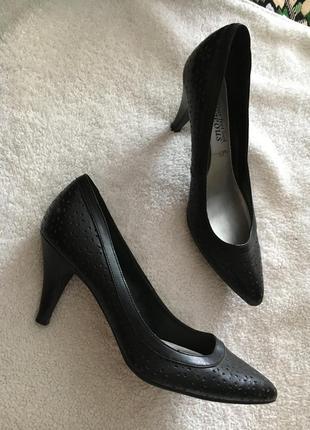 Красивые удобные туфли лодочки на среднем каблуке