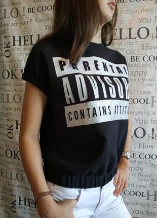 Хлопковая черная футболка с серебристым  принтом1 фото