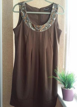 Нарядное платье миди прямого силуэта с декорированным вырезом